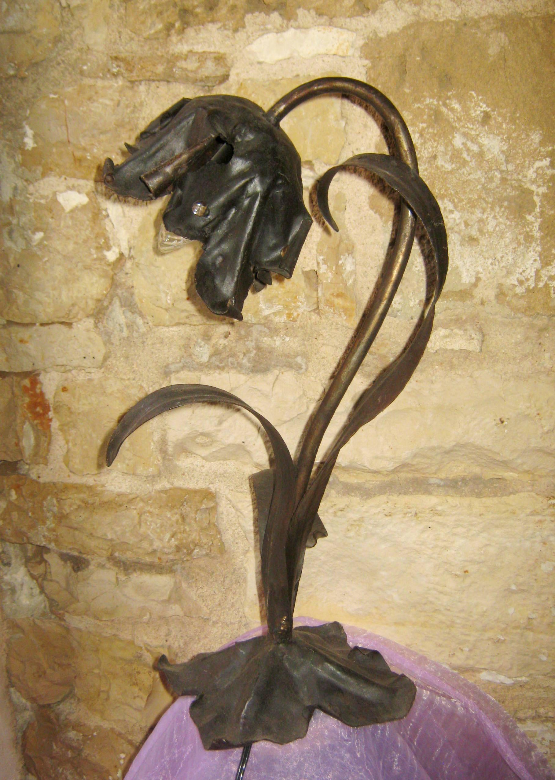 Lampada in ferro a motivo floreale