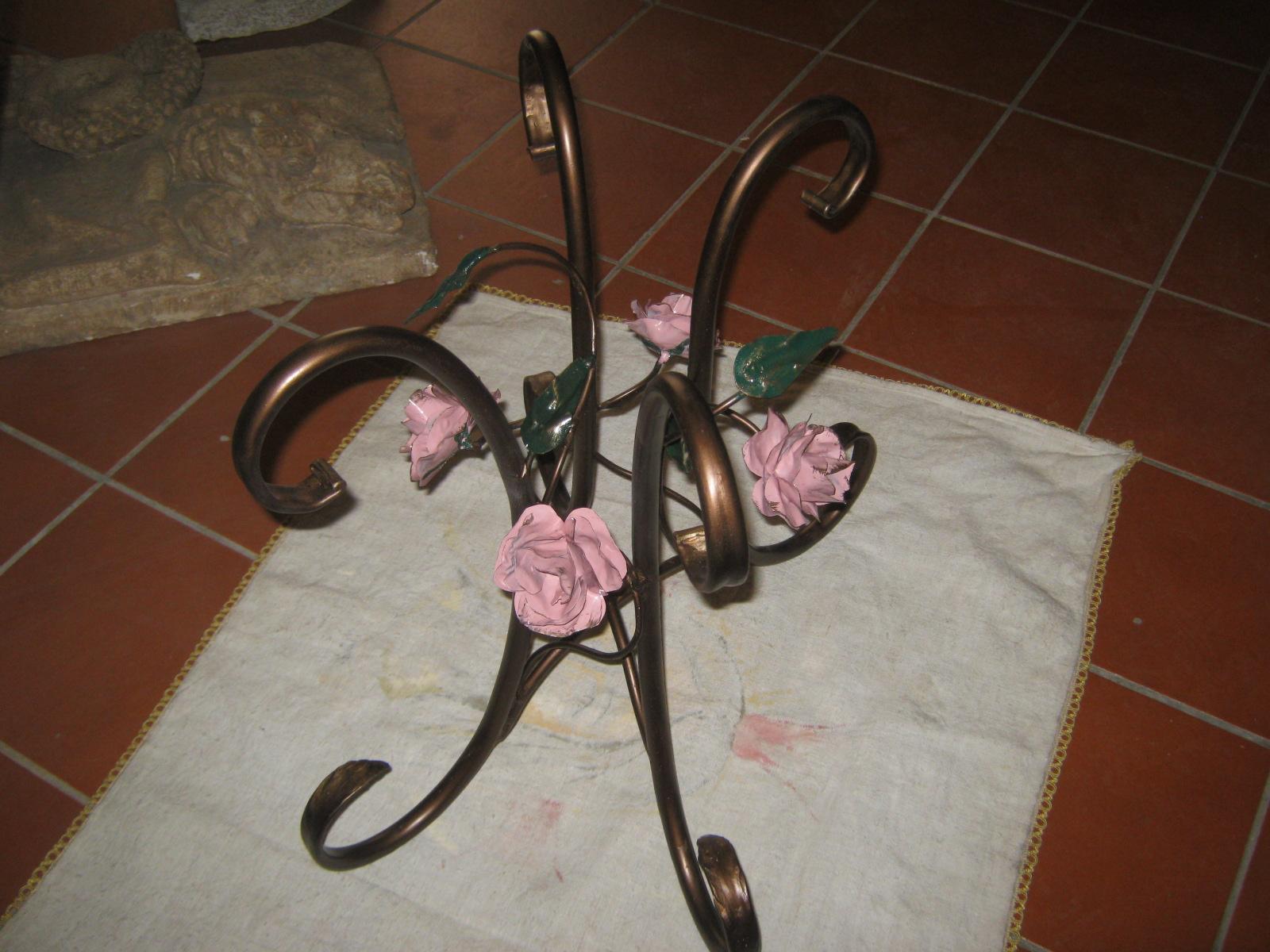tavolino in ferro con motivi floreali