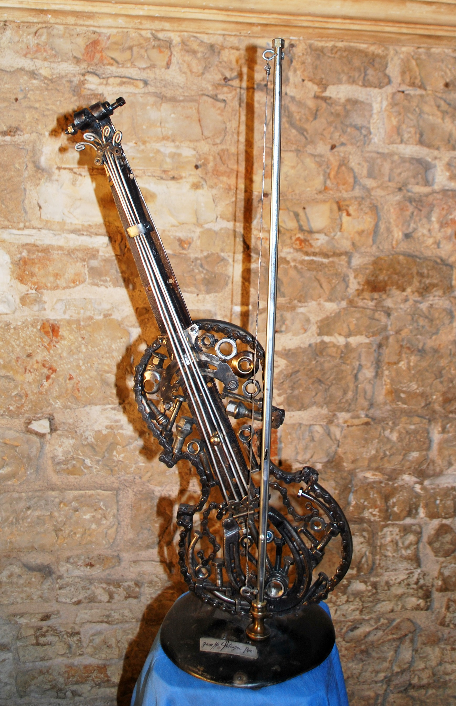 Violino in ferro riciclato